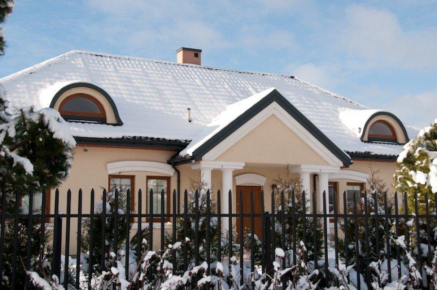 Zadbaj o swój dach podczas śnieżnej zimy – obciążenia śniegiem