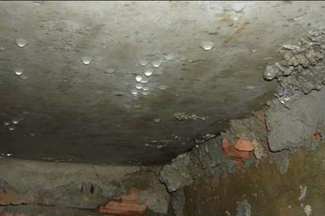 Kierunek przepływu pary wodnej przez strop nad piwnicą dla okresu zimowego i letniego