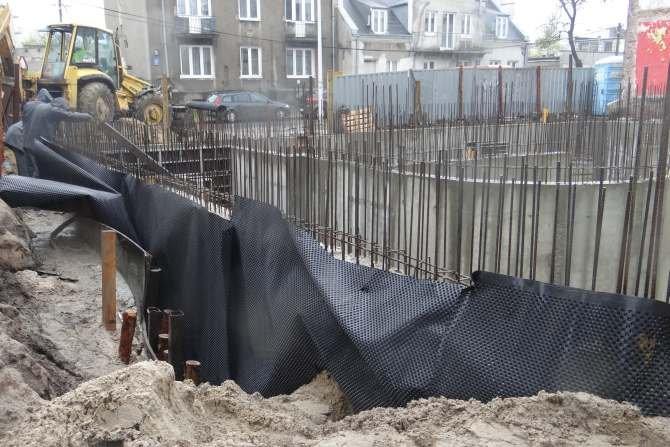Pionowa izolacja obwodowa budynków ze ścianami jednowarstwowymi