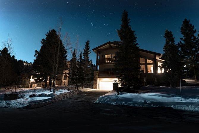 Sposób na oświetlenie elewacji budynku – o czym pamiętać, żeby było pięknie i bezpiecznie?