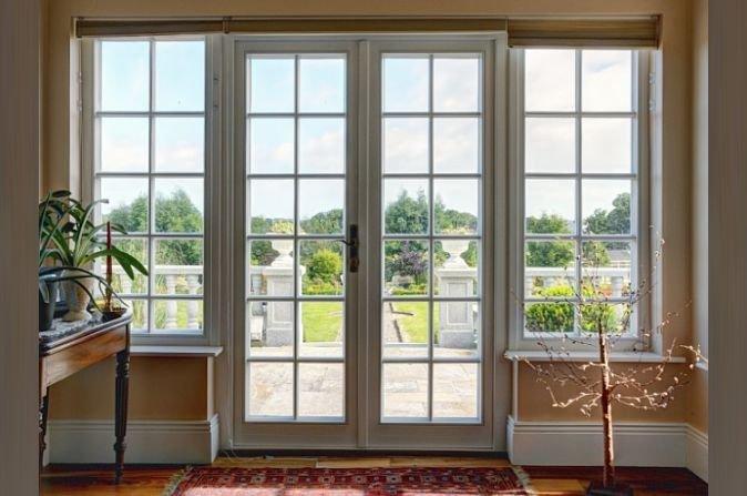 Wpływ sposobu połączenia szyby z ramą na przenoszenie ciepła w ścianie osłonowej z oknem wieloskrzydłowym