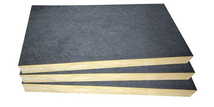 Płyta z wełny mineralnej pokryta czarnym welonem