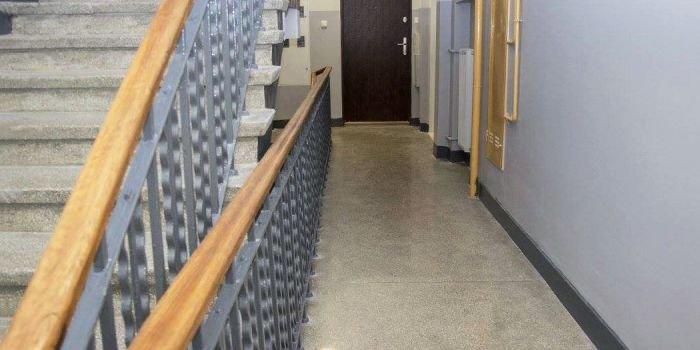 Charakterystyka materiałowo‑technologiczna oraz proces degradacji posadzek betonowych typu lastrico