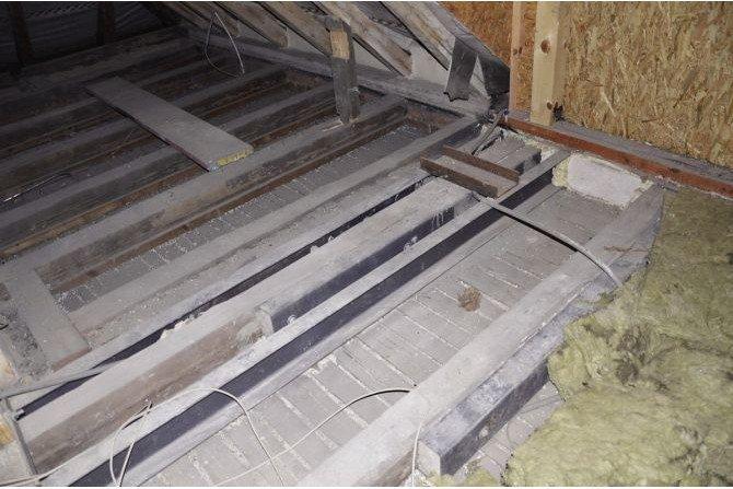 FOT. Wzmocnienie stropu drewnianego za pomocą stalowych belek Archiwum autora