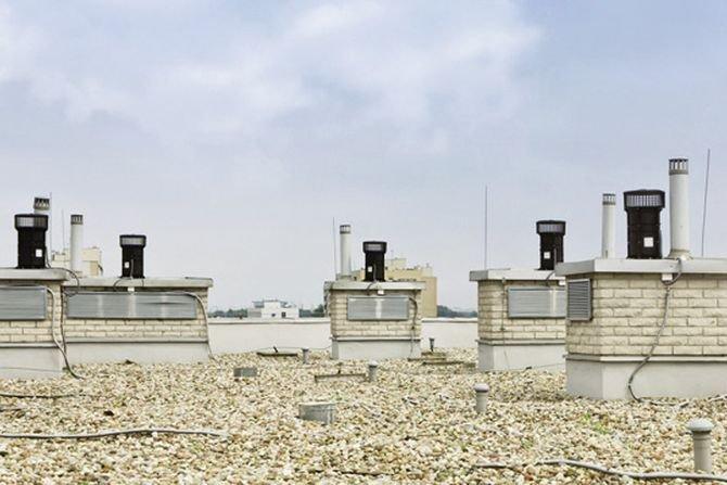 FOT. 1. Dach budynku mieszkalnego wyposażonego w nasady do wentylacji hybrydowej. AERECO