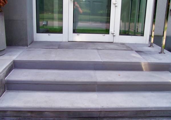 Okładziny kamienne wielkoformatowe na schodach Alpol Gips