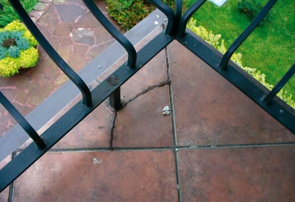 Płytka pękła w wyniku niewłaściwie wypełnionego połączenia słupka balustrady z płytką. Alpol Gips