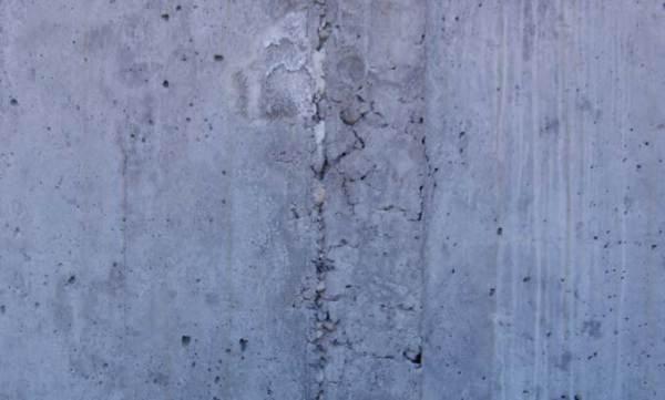 Fot. 1. Stan powierzchni betonu po rozszalowaniu. Widoczne raki i nierówności należy naprawić przed nakładaniem powłoki wodochronnej z masy KMB. M. Rokiel