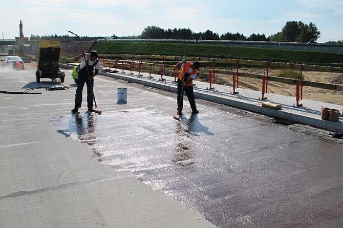 FOT. 1. Gruntowanie podłoża betonowego za pomocą żywicznego środka gruntującego Archiwa autorów