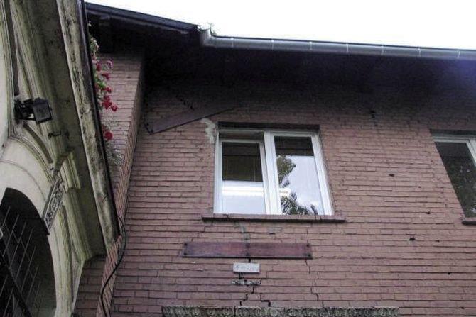 Nieskuteczne naprawy zarysowań przez blachy mocowane do muru śrubami R. Jasiński