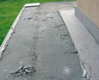 Powierzchnia słabego jastrychu cementowego wykonanego metodą tradycyjną (na budowie) zniszczona po pierwszej zimie Archiwum autorów