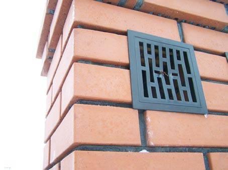 Kominy są integralną częścią dachów i elementem kończącym instalacje grzewcze lub wentylacyjne. Nadal wykonuje się je z cegły dziurawki – kominy wymurowane z tego materiału są często wykonane z błędami. K. Patoka