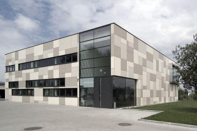Na zdjęciu: fasada Laboratorium Instytutu Badań Technicznych TPA w Pruszkowie - przykład zastosowania płyty włókno-cementowej Fot. Equitone