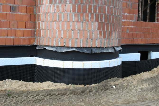 Najlepszą izolacyjność cieplną ścian fundamentowych można uzyskać stosując hydrofobowe płyty styropianowe o dużej grubości, niskim deklarowanym współczynniku przewodzenia ciepła i niskiej deklarowanej nasiąkliwości wodą przy długotrwałym zanurzeniu. Fot. J. Sawicki