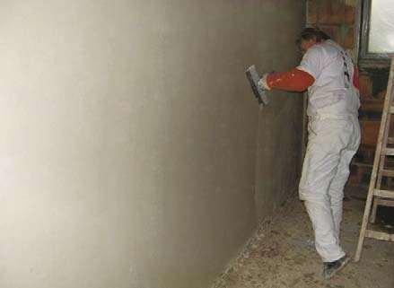 Fot. 1. Nakładanie tynku gipsowego cienkowarstwowego (gładzi) na powierzchnię ściany Baumit