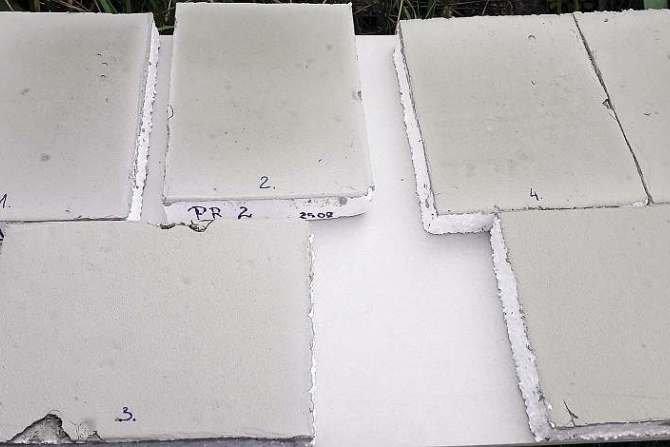 Płyty styropianowe z naniesionymi próbkami kleju - eksponowane w warunkach letnich przez 1 dzień Archiwum autorów