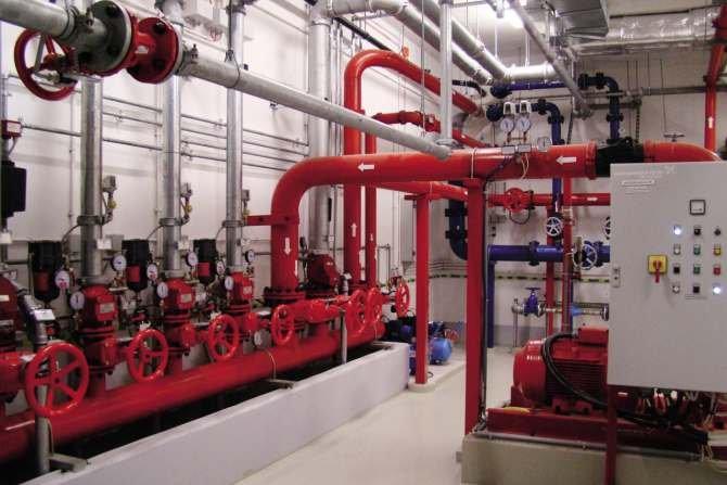 Poprawnie zabezpieczona instalacja stalowa pompowni wody tryskaczowej; na śrubach kapturki plastikowe. Archiwum autora