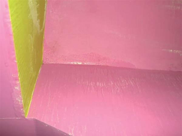 Fot. 1. Zdjęcie ilustruje skropliny na poddaszu z wadliwie wykonaną termoizolacją. Zimne płyty gipsowo-kartonowe pokryły się parą wodną zawartą w powietrzu. Termoizolacja jest na tym dachu zbyt cienka i źle ułożona. Ten sam dach na fot. 2-5.