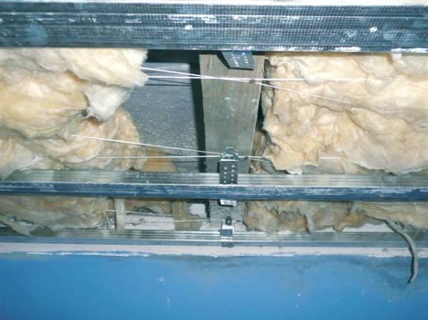 Fot. 2. W całym dachu pokazanym na fot. 1-5 ułożono cienką wełnę niskiego gatunku  (pofałdowana i nierównej grubości), co stanowi duże zagrożenie dla dachu, ponieważ fragmentami źle izoluje termicznie, ułatwia powstawanie przewiewów i powietrznych mostkó.