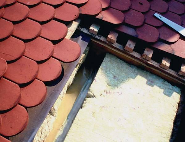 Fot. 7. Zdjęcie ilustruje ten sam dach, który pokazano na fot. 6 i 8. Mamy tu do czynienia z tym samym problemem. Szpary między płytami twardej wełny są powietrznymi mostkami cieplnymi, które były przyczyną powstawania skroplin na paroizolacji.