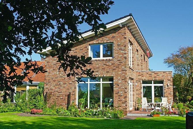 W artykule przeanalizowano bilans cieplny fragmentu ściany osłonowej z jednoskrzydłowym oknem z PVC w budynku mieszkalnym. Fot. Röben