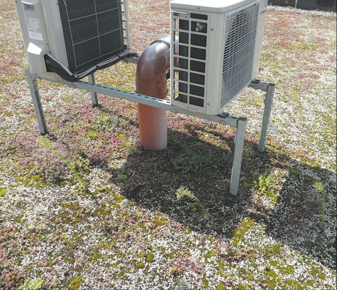 FOT. 1.Takie zamocowanie klimatyzatora znacznie utrudnia poprawność uszczelnienia każdego ze słupków mocujących; fot.: archiwum autora