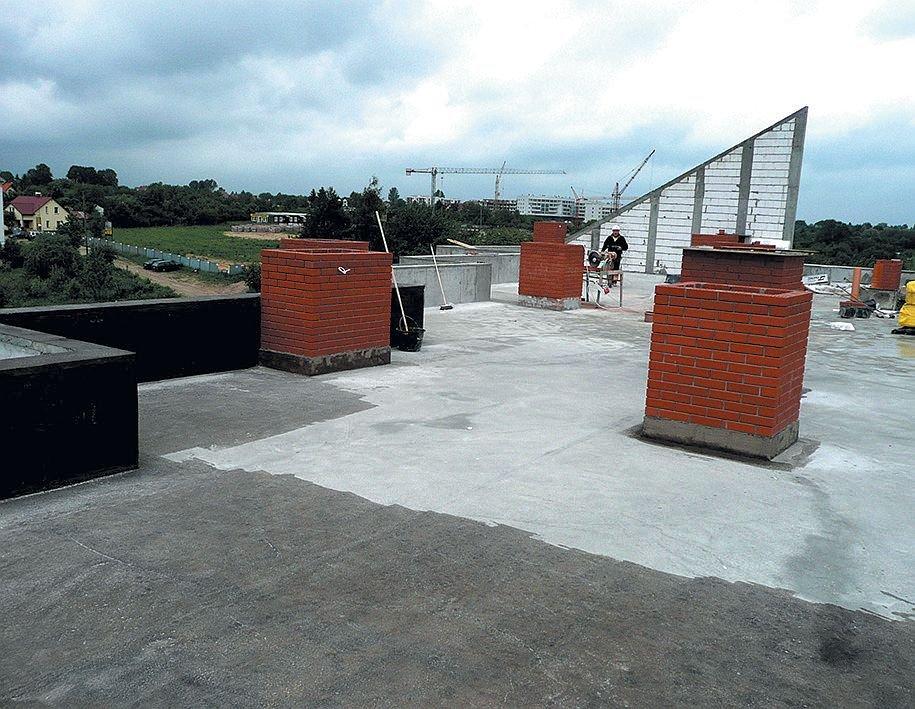 FOT. 2. Poprawne wykonanie prac hydroizolacyjnych na dachu zielonym wymaga zaplanowania kolejności wykonywanych prac. Wykończenie kanałów wentylacyjnych na tym etapie uniemożliwia lub przynajmniej bardzo utrudnia poprawne wykonanie hydroizolacji; fot.: archiwum autora