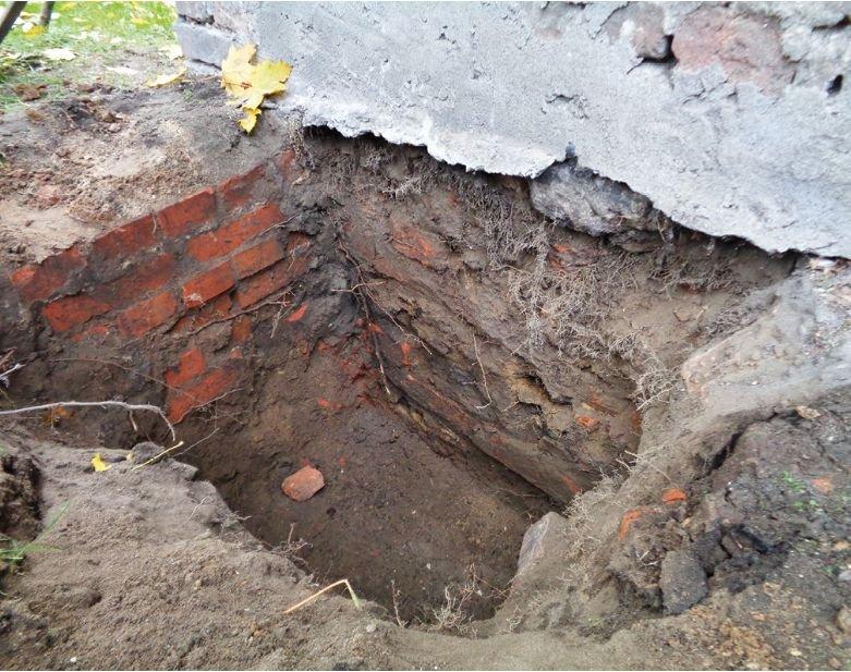 FOT. 1. Wykonanie odkrywek pozwala stwierdzić, czy w budynku wykonano hydroizolację; fot. autor