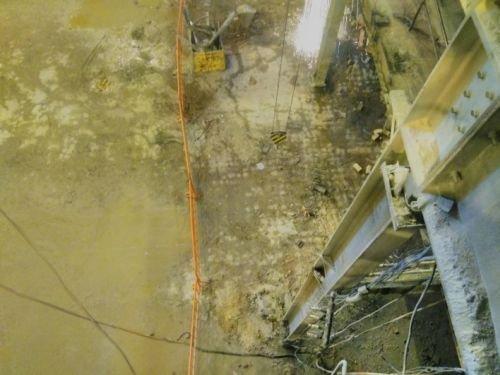 Fot. 1. Widoczna siatka pęknięć prowadzących wodę, przebieg rys na planie kwadratu