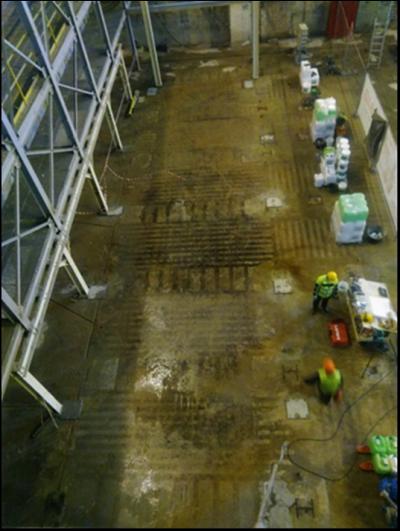 Fot. 2. Ciemne ślady na powierzchni płyty pokazujące pozycje regeneratorów w piecu