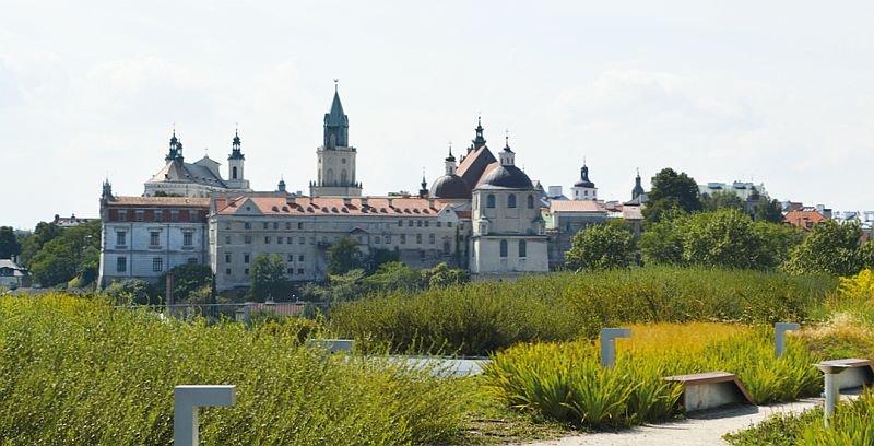 Ogólnodostępny dach zielony na galerii handlowej Tarasy Zamkowe w Lublinie stał się punktem widokowym na stare miasto; fot.: Katarzyna Wolańska