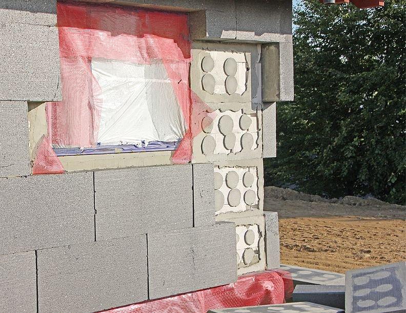 FOT. 10. Odklejone bloczki styropianu grafitowego z widocznymi śladami zaprawy klejącej; fot.: P. Krause