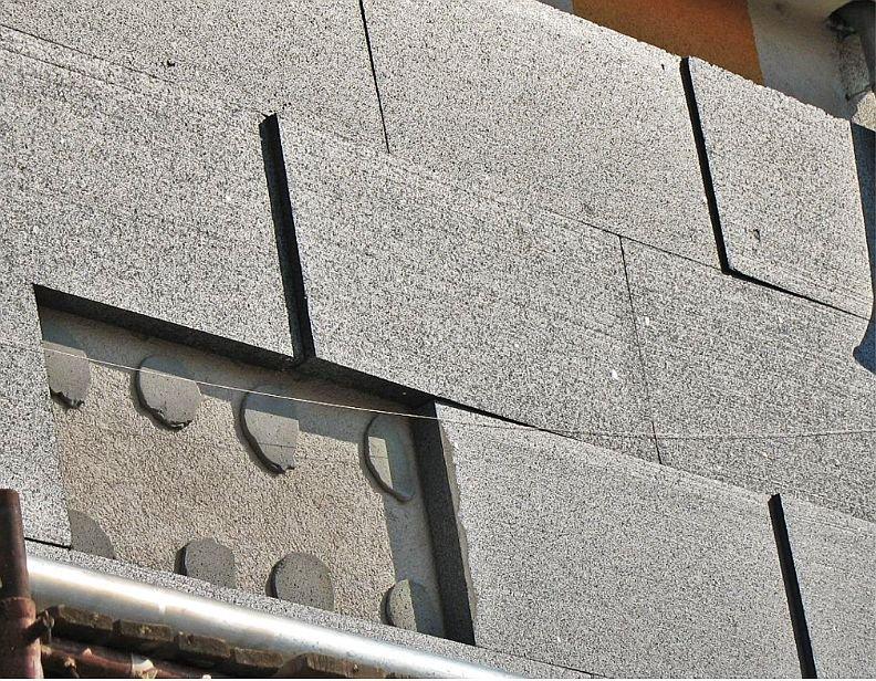 FOT. 11. Odpadnięcie styropianu grafitowego z punktowym nanoszeniem zaprawy klejącej; fot.: P. Krause