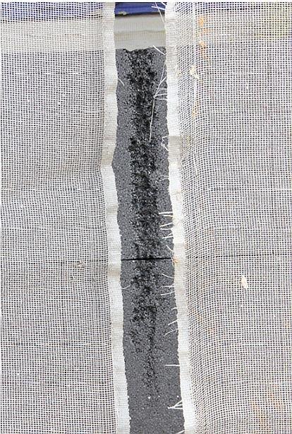FOT. 3. Uszkodzona siatka zabezpieczająca z widocznym w szczelinie nadtopieniem styropianu grafitowego; fot.: P. Krause