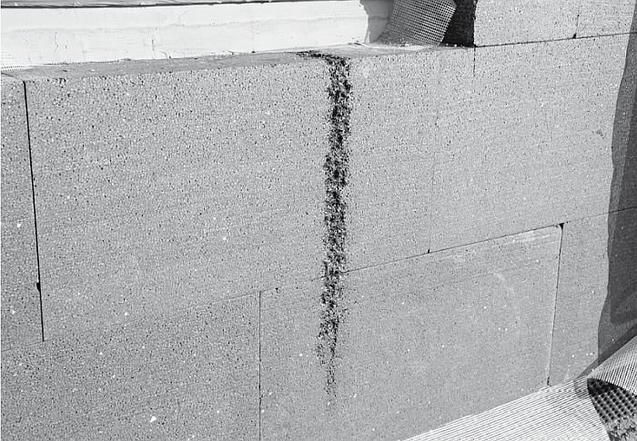 FOT. 4. Nadtopienie fragmentu styropianu grafitowego w miejscu uszkodzenia siatki zabezpieczającej; fot.: P. Krause
