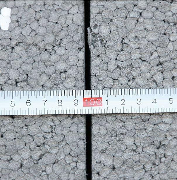 FOT. 6. Skurcz sąsiadujących płyt ze szczelinami o szerokości dochodzącej do 5 mm; fot.: P. Krause