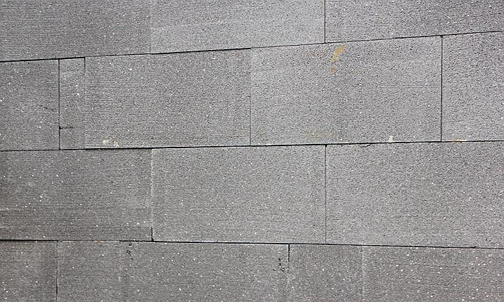 FOT. 8. Widok fragmentu ściany obłożonej odkształconymi bloczkami ze styropianu grafitowego; fot.: P. Krause
