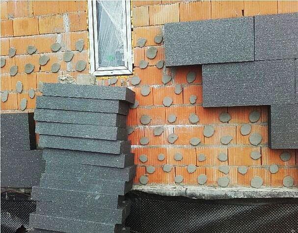 FOT. 9. Odpadnięcie okładziny od elewacji budynku pod wpływem rozszerzalności termicznej płyt mocowanych punktowo; fot.: P. Krause