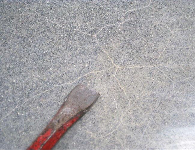 FOT. 2. Rysy na powierzchni posadzki wywołane skurczem (oba przykłady: hala nr 3); fot.: T. Majewski