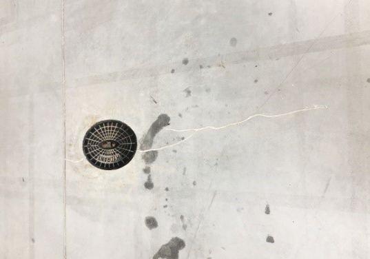 FOT. 8. Rysa w bezpośrednim sąsiedztwie studzienki hydrantowej (hala nr 4); fot.: T. Majewski