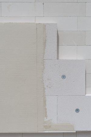 Fot. 6. Płyty Multipor ETICS dodatkowo mocuje się wkręcanymi kołkami fasadowymi (na jedną płytę przypada jeden kołek). Do wykończenie elewacji stosuje się tę samą zaprawę lekką Multipor.