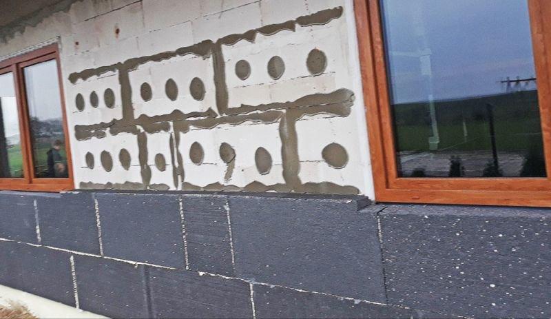 FOT. 1. Przykłady niepoprawnego mocowania płyt styropianowych: odpadanie płyt styropianowych; fot. K. Pawłowski