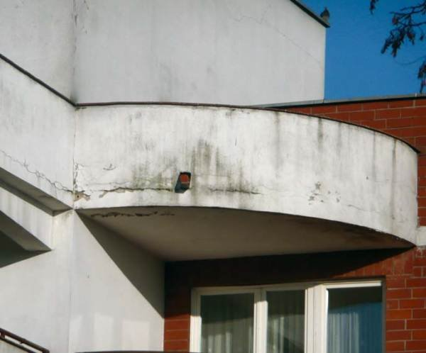 Fot. 2. Skutki niedoróbek i ignorancji przy wykonywaniu uszczelnień balkonów z zabudowaną balustradą