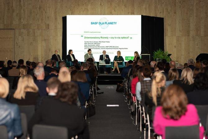 """Podczas konferencji """"BASF dla planety"""" dyskutowano m.in. o gospodarce o obiegu zamkniętym oraz o zmianach klimatycznych BASF Polska"""