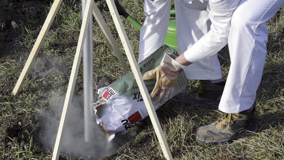 Wykonać wykop i osadzić element. Suchą zaprawę wsypywać warstwami o grubości 10 cm.