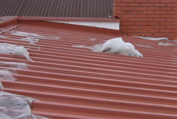 Dach w budowie nachylony pod kątem 9°. Pod nim znajduje się folia wstępnego krycia. Wyloty ze szczeliny utworzonej przez kontrłaty (o wysokości 2,5 cm) znajdują się między profilami trapezu. Śnieg nie dość, że je zasłonił, to dostarczył przez nie wodę do.