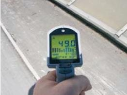 Fot. 1. Pomiar temperatury na okładzinie ciemnej