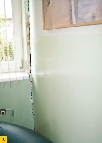 Fot.3. Pęknięty styk ściany działowej z zewnętrzną ścianą nośną budynku