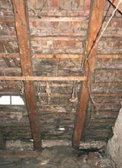 Fot. 4. Widok dachu (poddasza) o nieskomplikowanej budowie – słaba izolacyjność cieplna