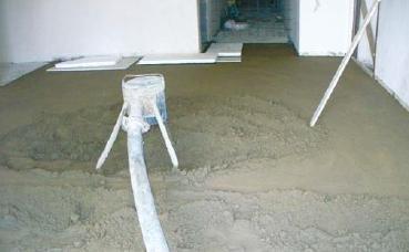 Fot. 8. Wysypywanie podkładu za pomocą miksokreta